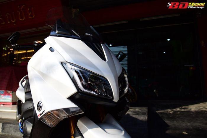 Tampang depan Yamaha TMAX modifan lebih agresif.