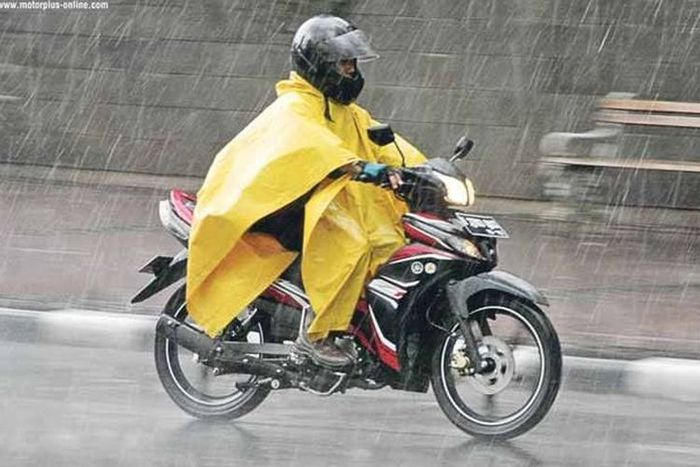 Ilustrasi pemotor pakai jas hujan ponco.