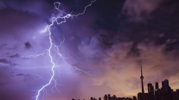 Ilustrasi: Hujan Petir di Jakarta. Sebagian warga DKI Jakarta pada Ahad (20/9/2020) malam dihebohkan dengan adanya suara dentuman yang terdengar di kawasan Tebet, Pasar Minggu, Kalibata, hingga Cawang.