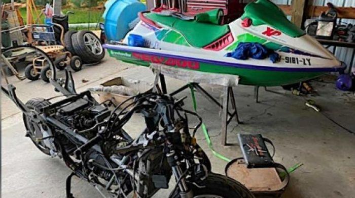 Proses memasang bodi jetski ke dalam motor Suzuki Burgman