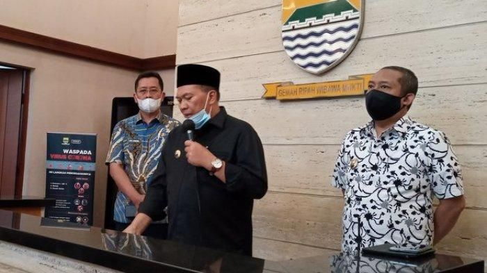 Walikota bandung  Oded M Danial (Tengah)