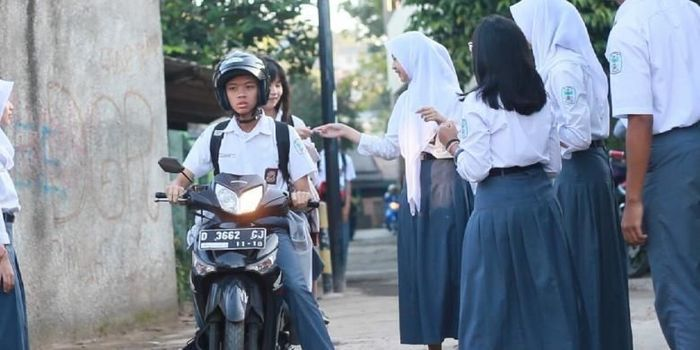 Siswa bermotor di SMAN 19, Bandung, diizikan masuk gerbang sekolah bila mereka memiliki Surat Izin Mengemudi (SIM) dan memberi tumpangan pada seorang temannya.