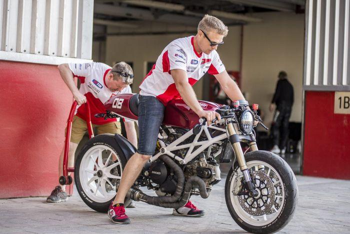 Ducati Monster 1100 EVO direstorasi plus modifikasi bergaya cafe racer modern.