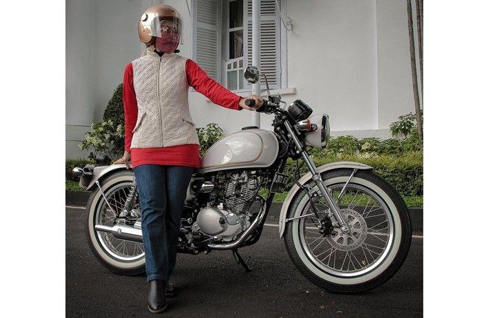 Atalia Praratya istri Ridwan Kamil bersama Kawasaki W175 garapan Yasashii  Garage