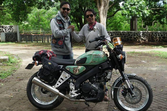 Artis sekaligus seniman Sunda, Budi Dalton (kanan) bersama Yamaha XSR 155 yang diberi nama Karaha