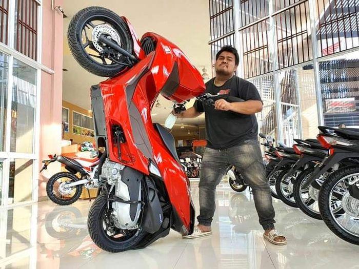 Chang Big Buriram bersama motor Honda PCX 160 2021 terbarunya