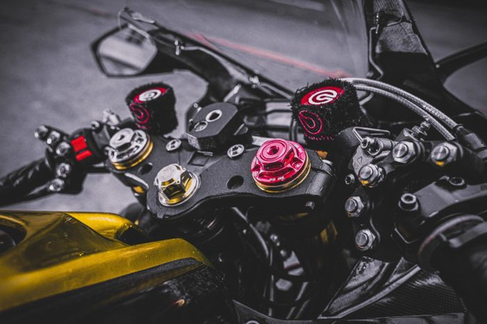 Kokpitnya berasa aura balap berkat pakai rem dan kopling copotan Ducati.