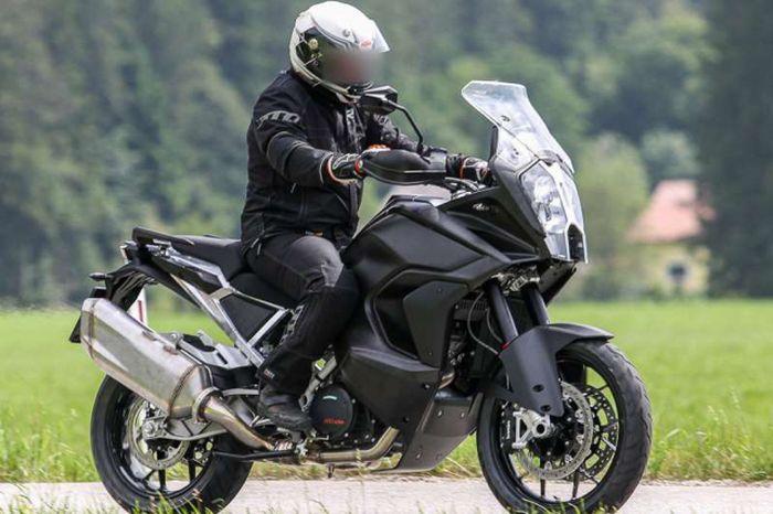 KTM 1290 Super Adventure 2021 tertangkap kamera sedang diuji.