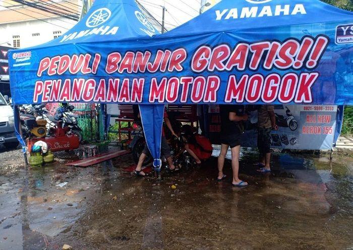 Posko servis motor Yamaha untuk korban banjir Kalsel.