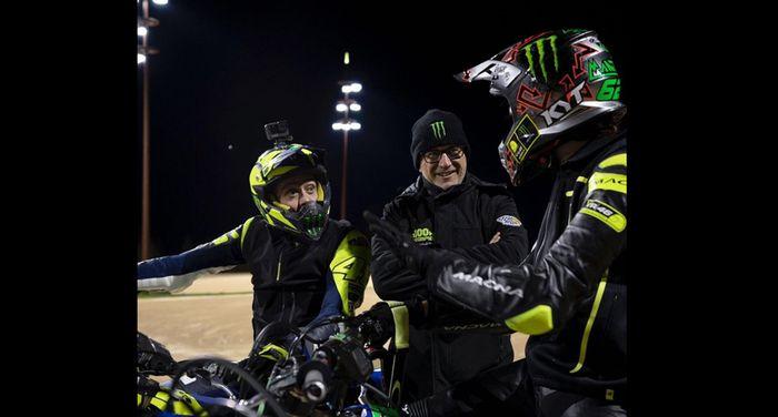 Murid Valentino Rossi Stefano Manzi (tampak belakang) diskusi dengan Valentino Rossi. Stefano Manzi musim ini memakai helm buatan Indonesia KYT