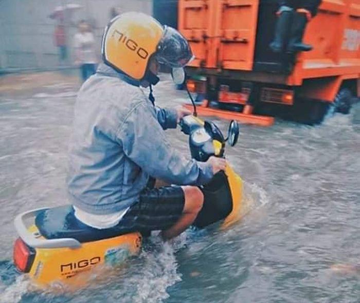 Ilustrasi. Motor listrik saat menerobos banjir.