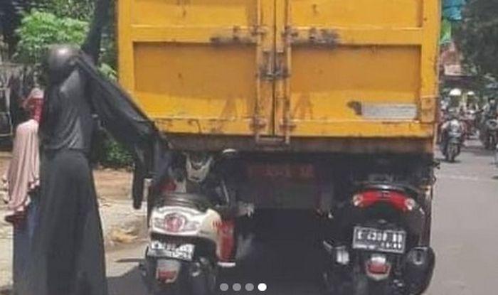 Dua motor nyangkut di pantat truk