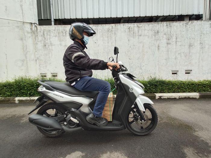 Yamaha Gear 125 membawa barang bawaan. Ini dia tips bawa barang di motor.
