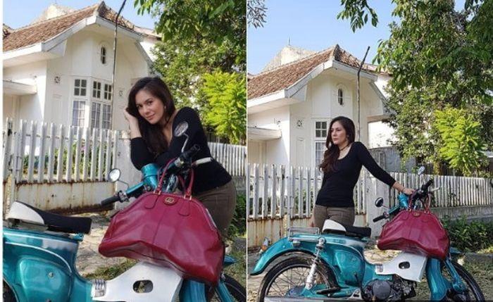 Wulan Guritno berpose di samping motor bebek klasik