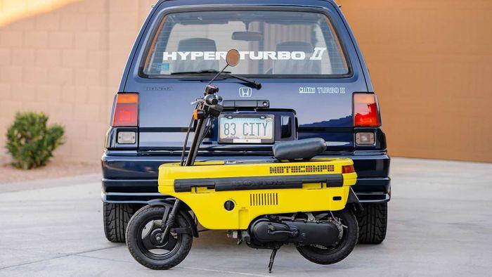 Honda Motocompo jadi pasangan mobil mungil Honda City Turbo II tahun 1982.