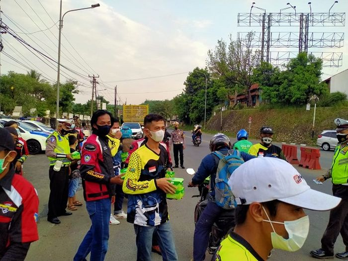 13 Chapter ARCI di Jawa Barat turun ke jalan membagikan takjil dan masker gratis.