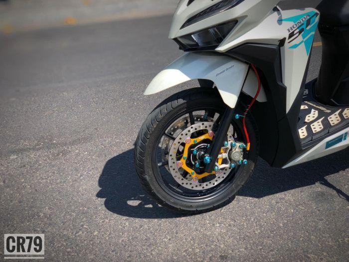 Cakram ganda plus pelek RCB jadi daya tarik utama Honda Vario 150 ini.