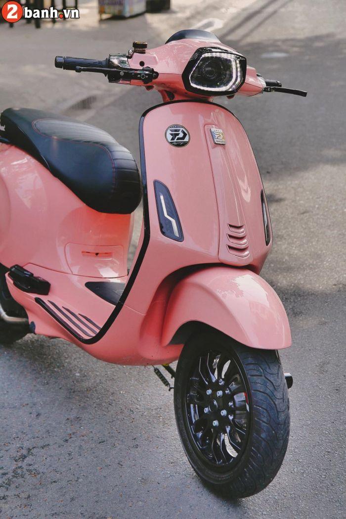 Fascia depan Vespa Sprint berkelir pink.