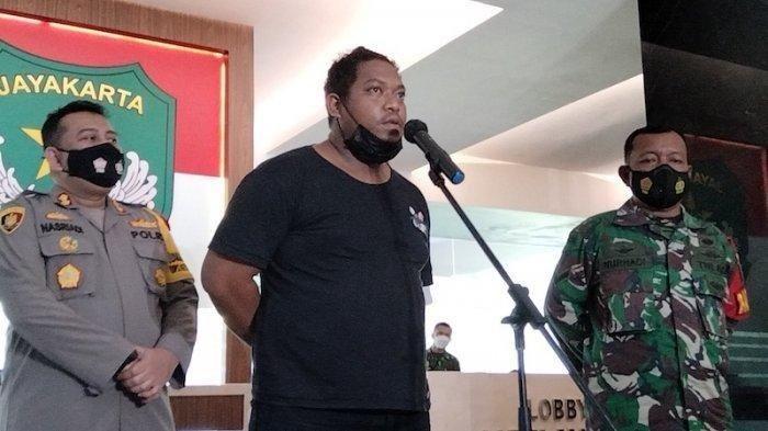 Koordinator debt collector yang mengadang Serda Nurhadi saat membantu warga yang sedang sakit, Hendry Liautumu, saat konferensi pers di Makodam Jaya Jakarta Timur pada Senin (10/5/2021).