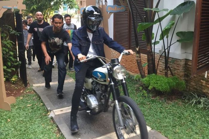 Iqbaal Dhiafakhri Ramadhan naik motor di film Dilan