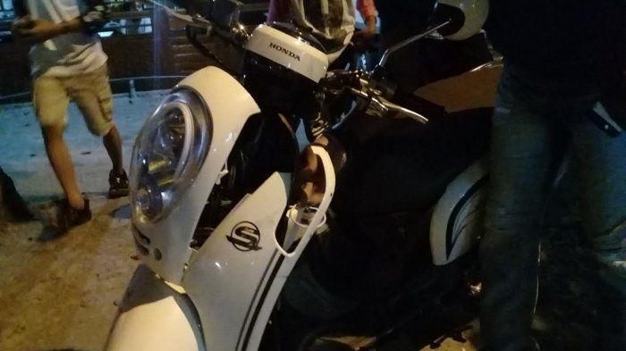 Honda Scoopy hancur pada bagian depan usai dihajar Yamaha Mio