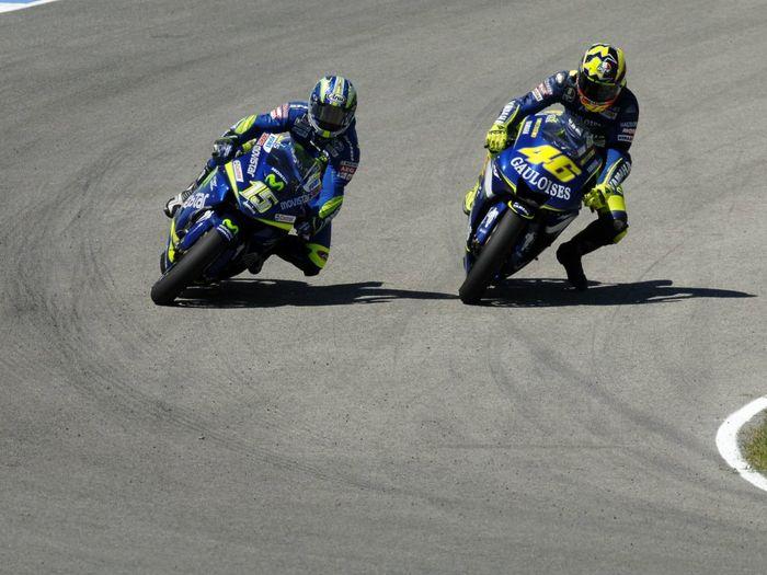 Pada MotoGP Spanyol 2005, lahirlah gaya 'leg dangle' atau 'leg wave' khas Valentino Rossi