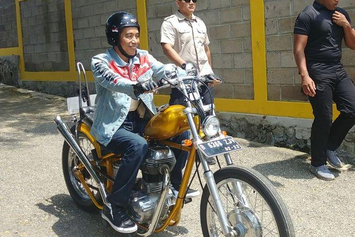 Presiden Joko Widodo mengendarai motor choppernya dengan helm Elders Bantam