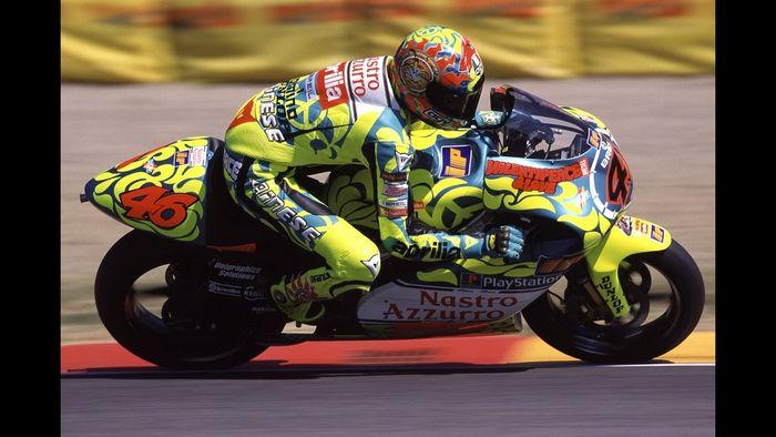 Valentino Rossi saat bersama tim Nastro Azzurro Aprilia 1999