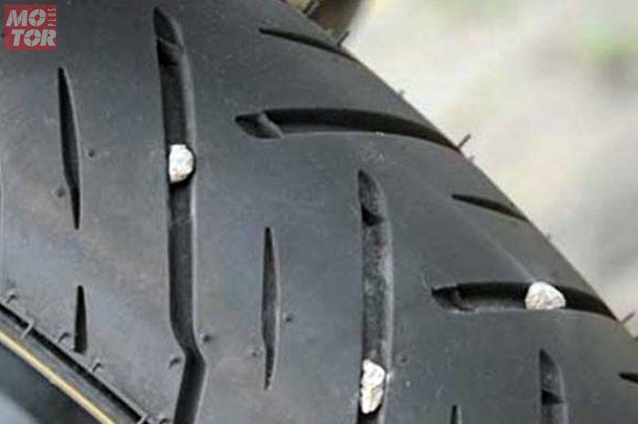 Batu kerikil keselip di ban motor, ini cara bersihkan dan manfaatnya.