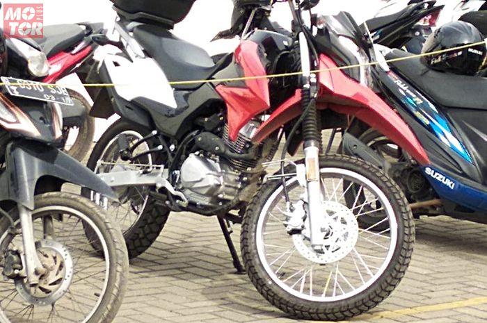 Suzuki DR 150 terparkir bersama matic