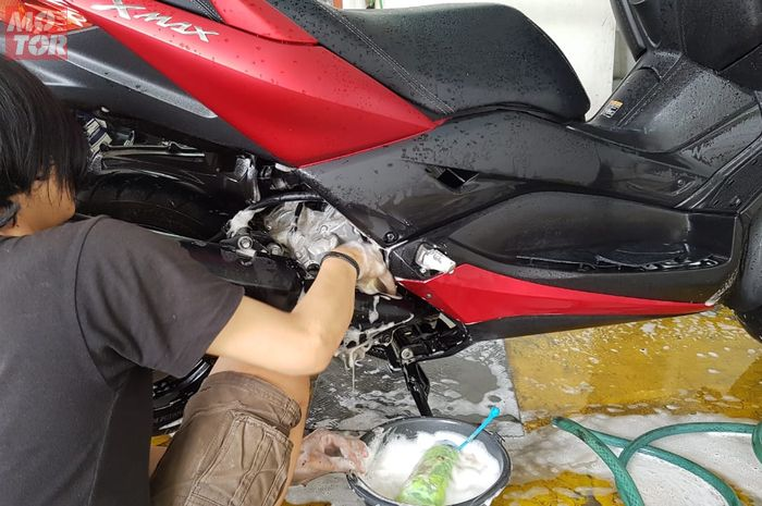 Ilustrasi mencuci motor. Tips cuci motor, sebaiknya mulai dari bagian bawah, nih alasannya.