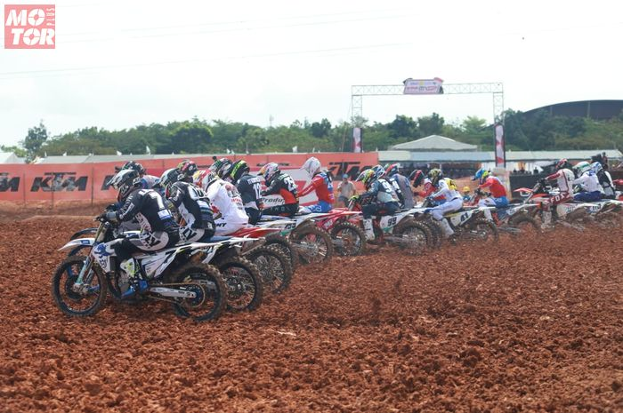 Ilustrasi start balapan motocross