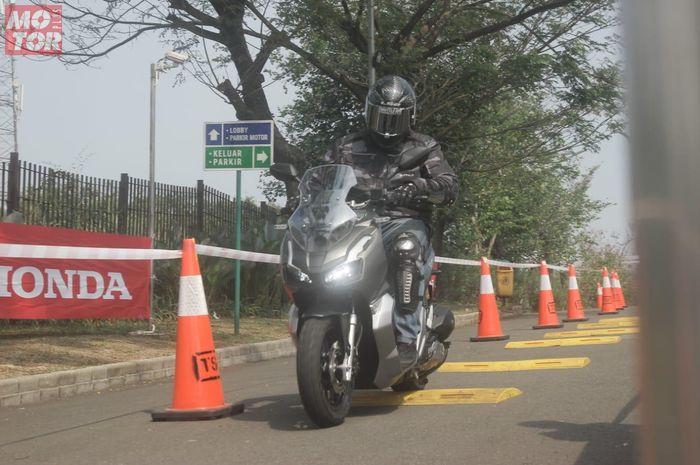 Motor matik bergenre adventure terbaru Honda ADV 150 langsung merasakan first rider diajak simulai beraneka medan jalan
