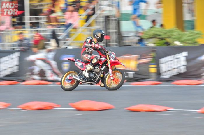 Knalpot model road race digunakan di motor trail milik Tommy Salim
