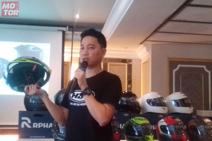 Agus Hermawan, owner Juragan Helm, saat presentasi soal Helm HJC yang berhomologasi SNI