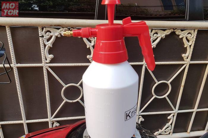 Pakai sprayer atau semprotan yang model ada pompanya buat tekanan anginnya ya! cuci steam sendiri jadi seperti di tempat cuci steam