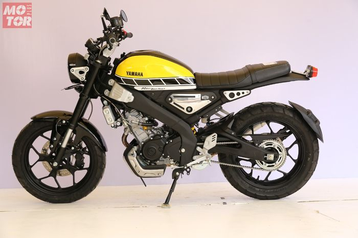 Tampak samping Yamaha XSR 155 pemenang kelas Yamaha Heritage Built Bekasi, pakai livery spesial Yamaha 60th Anniversary
