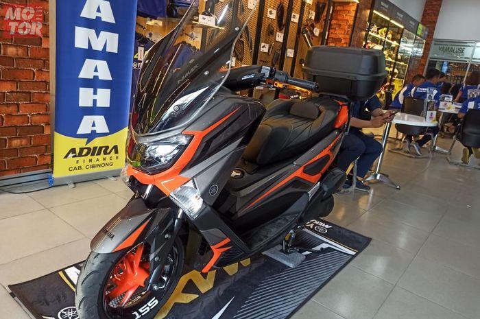 Gambar ilustrasi Yamaha NMAX Custom di dealer.  Asyik, Dealer Ini Terima Cat Custom Buat Yamaha NMAX dan XSR155, Cuma Nambah Biaya Segini!