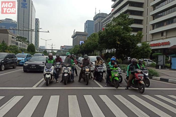 Para pengendara motor di Jalan Nasional