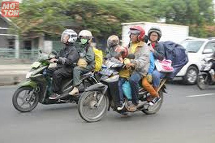 ilustrasi mudik lebaran naik motor. Beredar Akun yang Menawarkan Jasa Mudik Naik Motor di Media Sosial