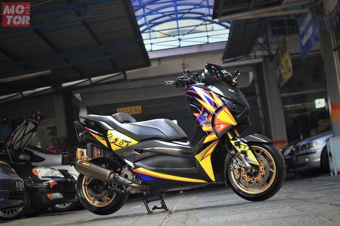 Yamaha XMAX pakai motif helm Valentino Rossi