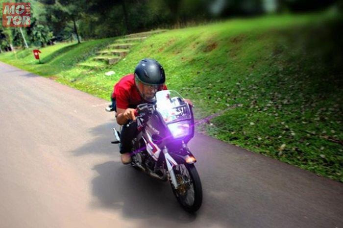 Ilustrasi bikers dengan motor 2 tak