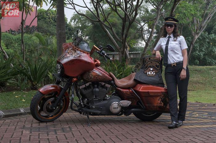 Puti Robyn, pilot dan lady biker pecinta Harley-Davidson yang doyan touring di depan motornya.