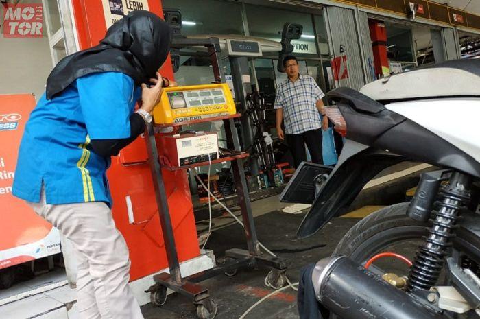 Ilustrasi uji emisi pada motor. Tidak lulus uji emisi motor akan kena tilang Rp 250 ribu, mulai berlaku kapan?