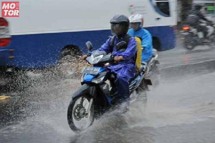 Wilayah ini diprediksi turun hujan, Senin (25/1/2021), bikers siapkan jas hujan.