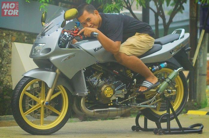 Tio dan Kawasaki Ninja R 2 silinder 300 cc miliknya