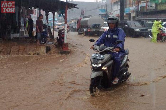 Pengendara motor di musim hujan