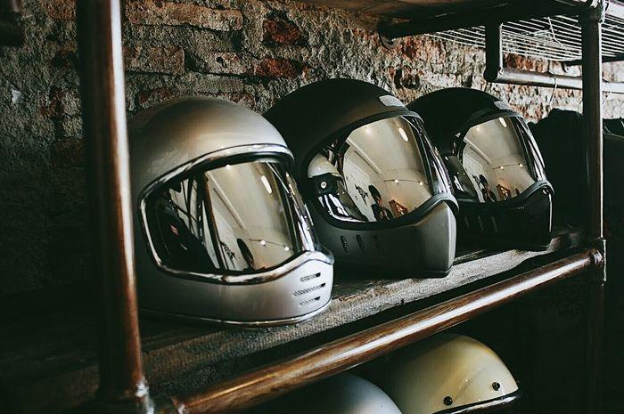 Ilustrasi visor helm gelap.