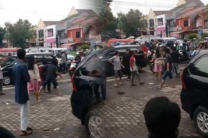Pengeroyokan anggota TNI oleh tukang parkir.