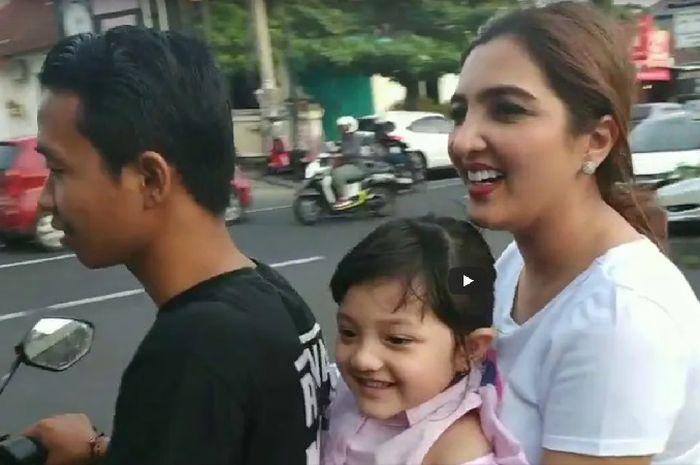 Ashanty asyik naik motor bersama anaknya keliling Bali.